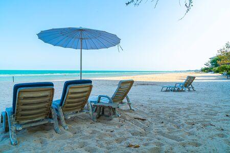 empty beach chair on sand with ocean sea background Foto de archivo