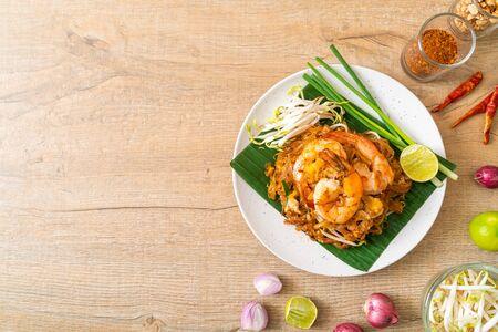 Pad Thai - stir-fried rice noodles with shrimp - Thai food style Foto de archivo
