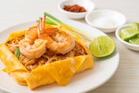 Thai stir fried noodles with shrimps and egg wrap (Pad Thai) - Thai food style Foto de archivo