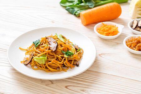 yakisoba noodles stir-fried with vegetable - vegan and vegetarian food Imagens