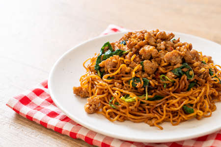 stir-fried instant noodles with Thai basil and minced pork - Asian food style Foto de archivo