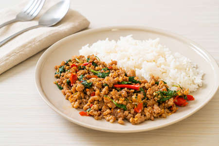 Stir fried Thai basil with minced pork and chilli on topped rice - Thai local food style Standard-Bild