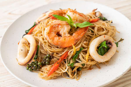stir-fried Chinese noodle with basil, chilli, shrimps and squid - Asian food style Archivio Fotografico
