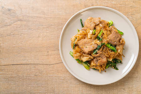Stir-fried rice noodle with black soy sauce and pork and kale - Asian food style Banque d'images