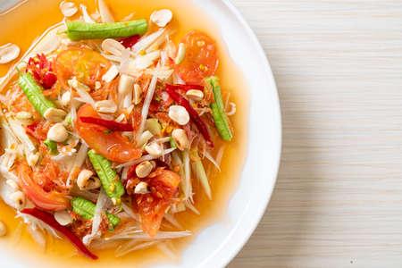 papaya spicy salad - somtam - Thai traditional street food style Zdjęcie Seryjne
