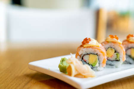 salmon roll sushi with cheese on top - Japanese food style Banque d'images