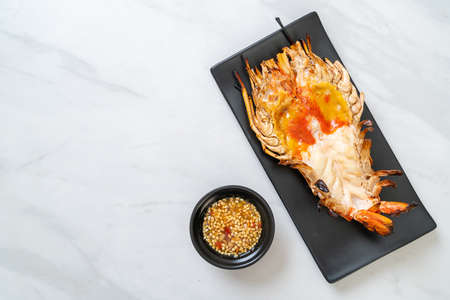 Grilled Fresh Giant River Prawn with Spicy Seafood Dipping Sauce Archivio Fotografico