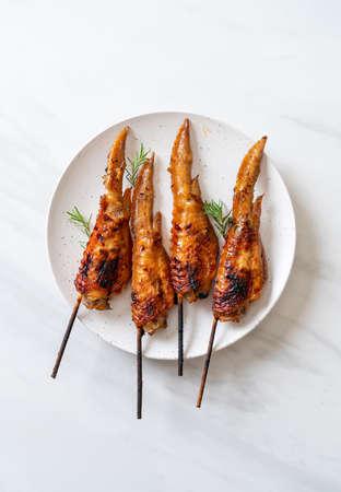 grilled or barbecue chicken wings skewer on plate 版權商用圖片