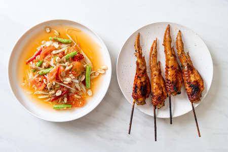 papaya spicy salad with grilled chicken - Thai traditional street food style Zdjęcie Seryjne