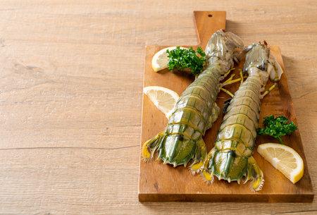 fresh mantis shrimp with lemon on wood board Banque d'images