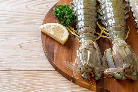 fresh mantis shrimp with lemon on wood board Foto de archivo