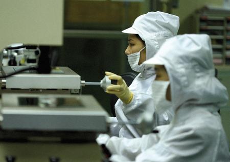 side profile: Profilo laterale di due scienziati che lavorano in un laboratorio