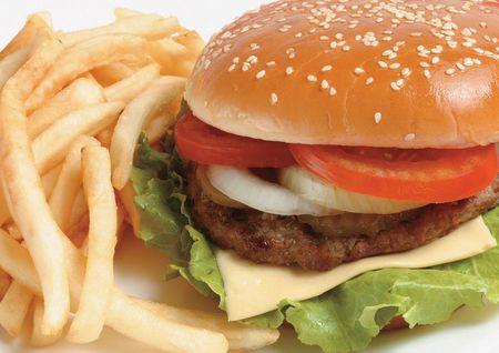 papas fritas: Detalle de papas fritas y una hamburguesa Foto de archivo