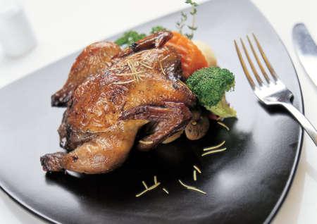 ハイアングルビュー: ロースト チキンの高角度のビュー