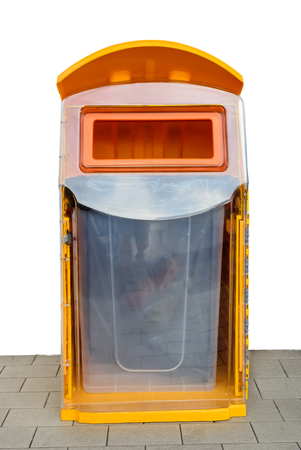 grune: Orange plastic trash bins