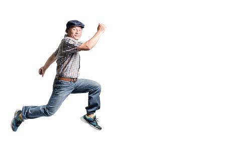 Portrait eines glücklichen reifen Mannes, der vorwärts springt. Isolierte Ganzkörper auf weißem Hintergrund Standard-Bild