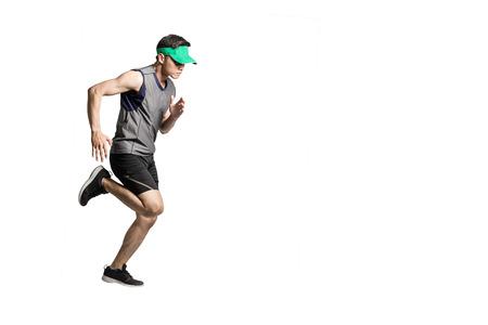 Porträt eines tragenden Sportwear und grünen Visiers des asiatischen Sportmannes für das Laufen. Lokalisierte in voller Länge auf weißem Hintergrund mit Kopienraum Standard-Bild