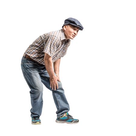Portrait eines reifen Mannes mit Knieschmerz. Isolierte Ganzkörper auf weißem Hintergrund mit Kopie Raum