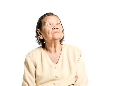 Portret van een hogere die vrouw in uitstekend kostuum wordt verward. Geïsoleerd op witte achtergrond met exemplaarruimte en het knippen weg