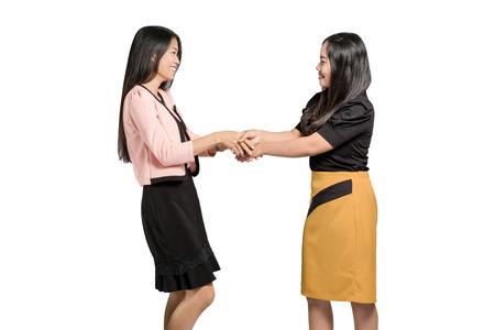 Retrato de mulher de negócios asiáticos linda apertar a mão. Isolado no fundo branco, com espaço de cópia e traçado de recorte Foto de archivo - 82968111