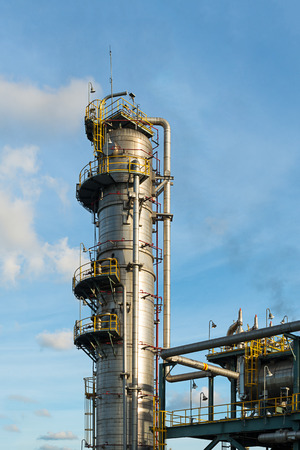 Distillation Column and its process equipments : Oil and gas refinery plant Standard-Bild