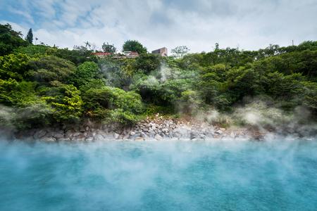 calor: Estanque hotspring azul en el bosque