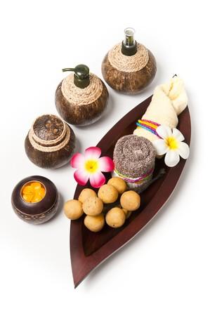 Olla de shell de coco con una bandeja de madera de hoja