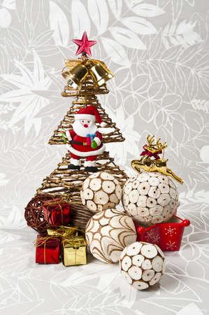 Bola blanca de corteza de naturaleza y �rboles de Navidad