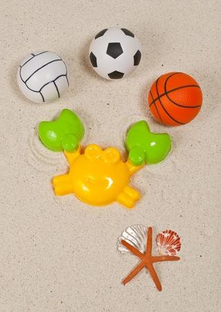 Juguete de pl�stico de playa y varias bolas