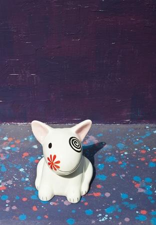 Cer�mica perro blanco sentado en la banca moderna