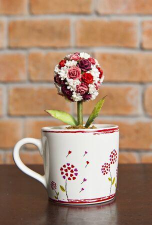 Copa de amor con rosas en el interior Foto de archivo