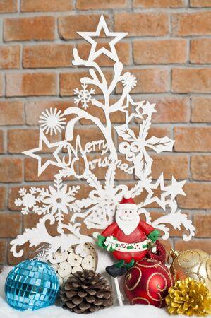 Blanco ve a trav�s del �rbol de Navidad con Santa y balones Foto de archivo