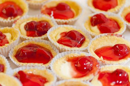 Tarta de rojo cereza en el vaso peque�o de borde en zig-zag