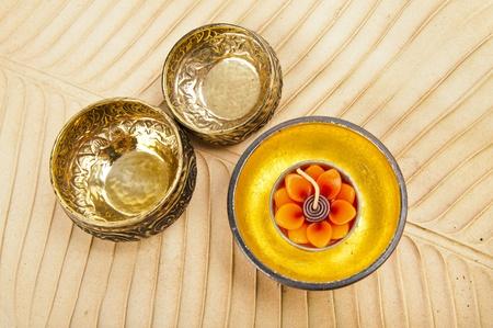 Dos platos de lat�n y cuencos de madera dorada en hoja de pl�tano caf�