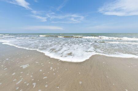Paisaje marino de gran angular con ondas suaves en d�a soleado Foto de archivo