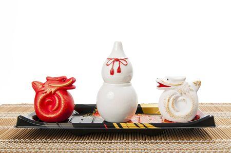 La calabaza de cer�mica blanco con dos dragones de cer�mica Foto de archivo