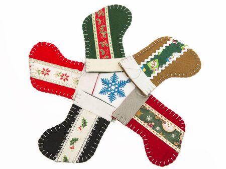 Cinco calcetines de Navidad en el c�rculo aislado sobre fondo blanco