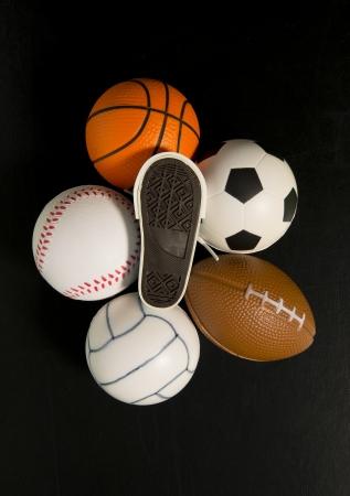impresi�n del pie en el zapato entre las bolas en el fondo negro