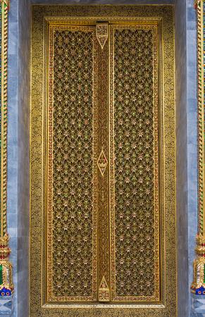 Templo tailand�s tallado de la puerta con la decoraci�n de oro Foto de archivo