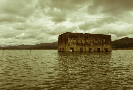 Templo viejo en el agua con el estilo de color sepia