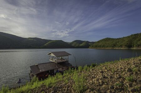 house with style: Raft house in the lake near mountain