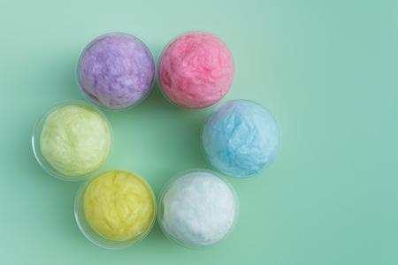 algodon de azucar: colorido algodón de azúcar de color pastel embalado en vaso de plástico para el fondo Foto de archivo