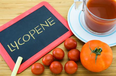 carotenoid: El licopeno es un pigmento carotenoide rojo que se encuentra en el tomate Foto de archivo