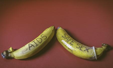 educacion sexual: SIDA y el concepto de sexo seguro del condón en el banano para la pareja gay