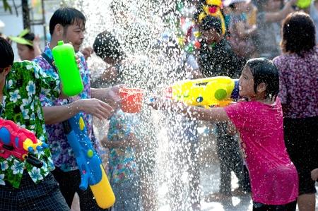 personas festejando: Ayuttaya, Tailandia el 13 de abril Las personas no identificadas que celebran A�o Nuevo tailand�s Songkran agua hijo del festival y su pistola de agua en la carretera 13 de abril 2012 en Ayuttaya, Tailandia
