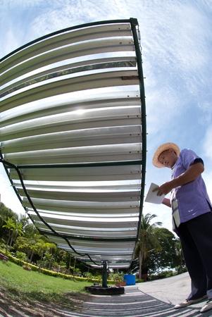 Homme asiatique travaillant sur la cellule solaire Banque d'images