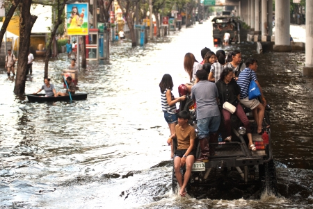 BANGKOK, THAILAND-NOVEMBER 11  Transportation of people in the streets flooded after the heaviest monsoon rain in 50 years in the capital on November 11, 2011 Phahon Yothin Road, bangkok, Thailand   Stock Photo - 16680389