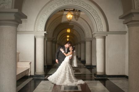 결혼식: 결혼식 동안 기독교 교회에서 아름다운 아시아 신부와 잘 생긴 신랑 스톡 콘텐츠