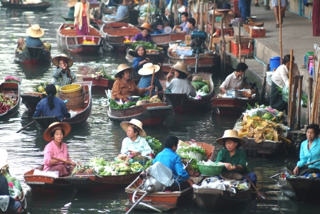january 1: RATCHABURI, THAILAND - Jan 1  Boats ferry people at Damnoen Saduak floating market on January 1, 2013 in Ratchaburi, Thailand  Its famous for the traditional and old method of selling and buying   Editorial