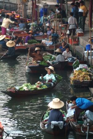 saduak: RATCHABURI, THAILAND - Jan 1  Boats ferry people at Damnoen Saduak floating market on January 1, 2013 in Ratchaburi, Thailand  Its famous for the traditional and old method of selling and buying   Editorial